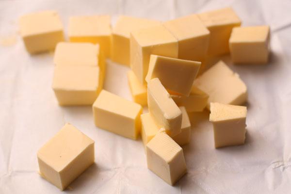 Холодное масло нарежьте кубиками.