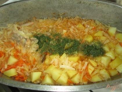 Влить 2 стакана воды, посолить, поперчить, добавить сушеный укроп.