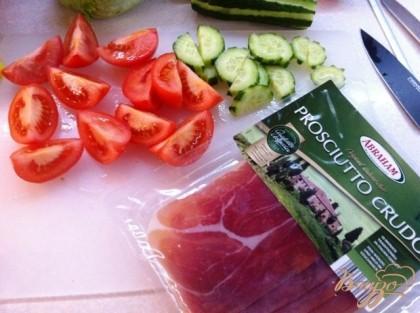 Нарежем дольками помидор и полукружками огурец.