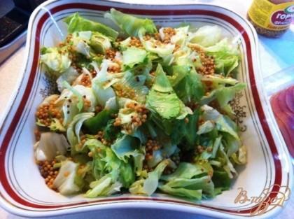 В салатник порежем салат и заправим его, перемешваем.