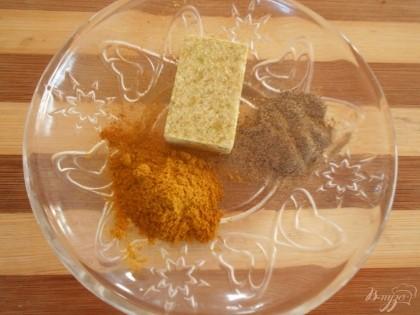 Грибы шампиньоны нарезать мелко, также нарезать и луковицу. Обжарить грибы с луком на ложке оливкового масла. добавить в начинку бульонный кубик, порошок карри и черный перец. Хорошо все перемешать. Начинка готова.