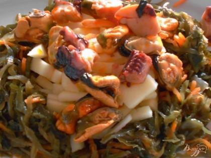 Салат с морской капустой и рыбной консервой