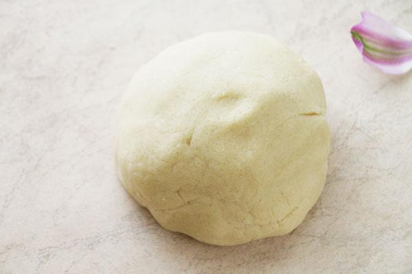 Через полчаса достаньте заготовку из холодильника и замесите руками тесто. Оно легко соберется в шар.