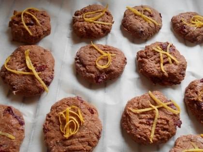 Сверху печенья выкладываем лимонную цедру и отправляем печенье в духовку на 20 минут.