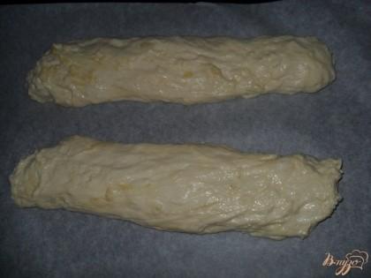 противень застелить пекарской бумагой. руки смазать растительным маслом, разделить тесто на две части. затем просто вытягиваем тесто руками в длину. выкладываем на противень.