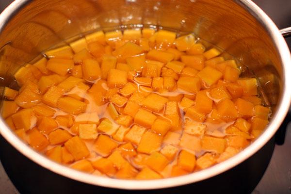 Залейте тыкву водой, чтобы она немного покрыла овощи и варите на среднем огне 5-7 минут.