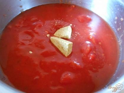 Для начала вскроем банки с помидорами в собственном соку и выложим их в кастрюлю. Туда же добавим два бульонных кубика. Я использую их по двум причинам: дял придания аромата и для того, чтобы не солить суп, поскольку бульонные кубики соленые.