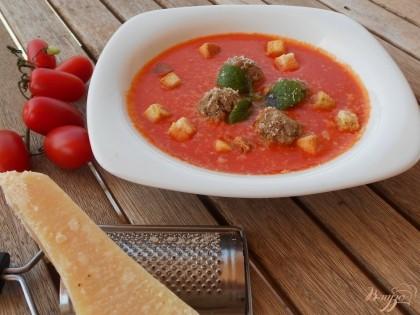 Готово! Готовый томатный суп- пюре с мясными шариками по-средиземноморски подаем с крутонами и украшаем свежей мятой. Приятного аппетита!