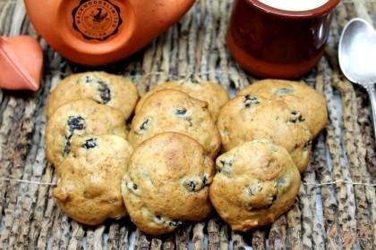 Готово! Как только появилась золотистая корочка, печенье вынимаем из духовки.  Вкусное печенье с черносливом и орехами подаем к чаю, приятного аппетита.