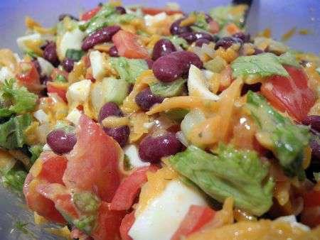 Салат с жареной морковью и фасолью