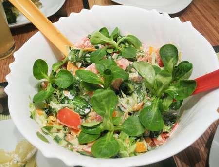 Зеленый салат с авокадо и овощами