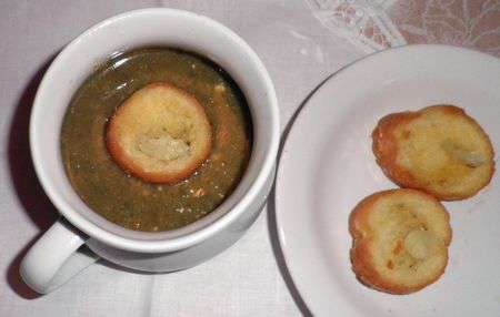 Суп-пюре из щавеля с крутонами