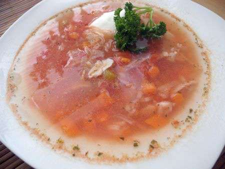 Томатный суп из курицы с луком-пореем