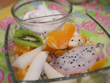 Экзотический фруктовый салат с соусом