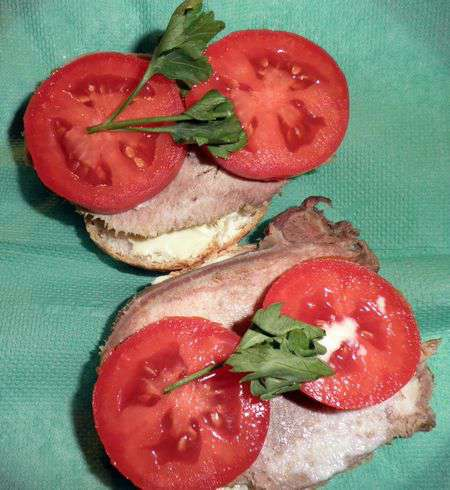 Бутерброд с языком и хреном