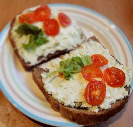 Сырно-чесночная закуска на хлеб с авокадо